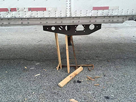 Unsafe makeshift trailer landing gear