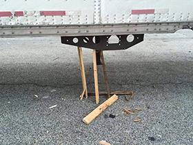 Unsafe makeshift trailer landing gear